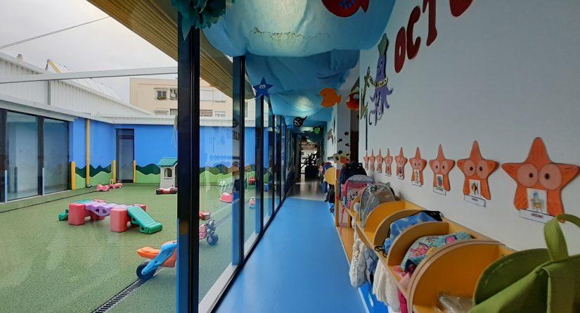 Acceso a patios desde los pasillos de la escuela infantil