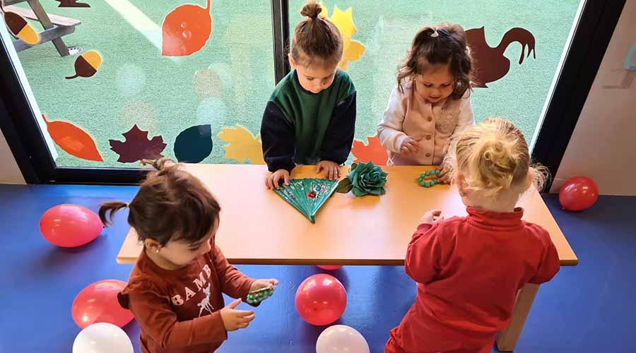 Niños de 2 años jugando en una mes