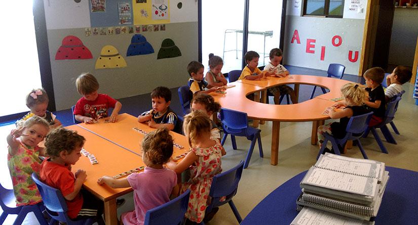 Alumnos de 2 años sentados en el interior de un aula